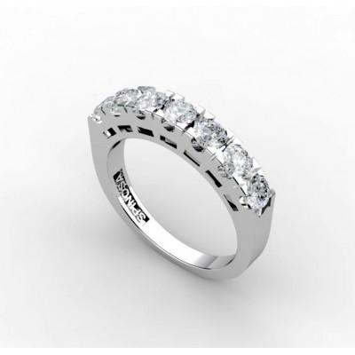 Обручальное кольцо наполовину покрытое бриллиантами, закрепленными четырьмя лапками