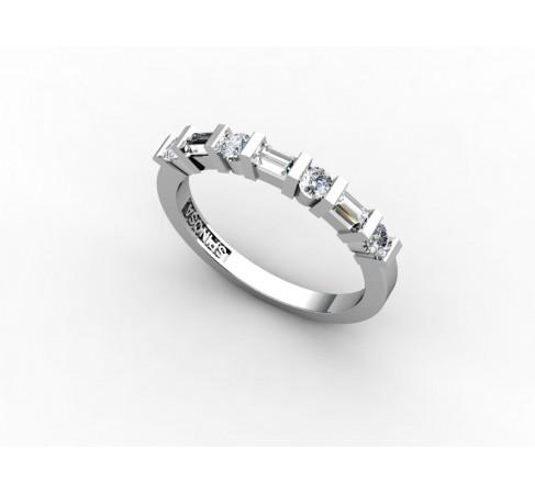 Обручальное кольцо наполовину декорированное бриллиантами круглой огранки и огранки багет.
