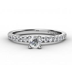 Помолвочное кольцо с бриллиантом в центре и по бокам