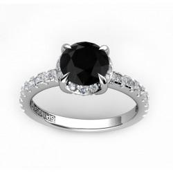 solitario de compromiso con un diamante negro central