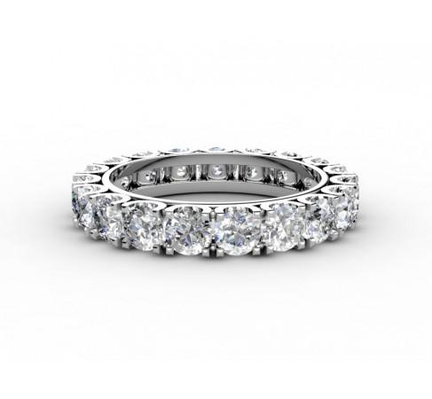 Обручальное кольцо полностью покрытое бриллиантами.