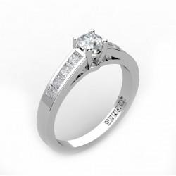 anillo de compromiso con brillante central y talla princesa