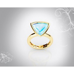 18k yellow gold triangular cut blue topaz gemstone ring