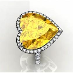 anillo con un cuarzo limon en talla corazon con brillantes