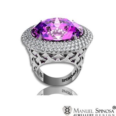 Золотое кольцо с аметистом в центре и бриллиантами